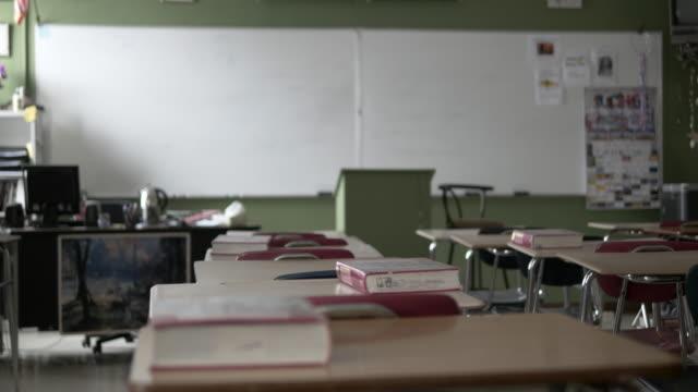 vidéos et rushes de bureau vide à l'école, rack focus (4k) en configuration salle de classe - salles de classe