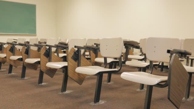 Leere Tische im Klassenzimmer – Video