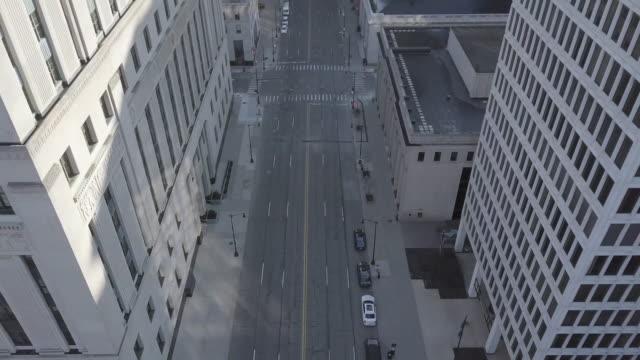 stockvideo's en b-roll-footage met lege straat van detroit tijdens de covid-19 pandemie - stadsweg