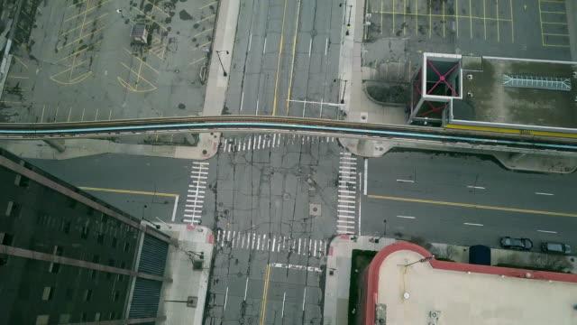 vídeos de stock e filmes b-roll de empty detroit street during the covid-19 pandemic - estrada urbana