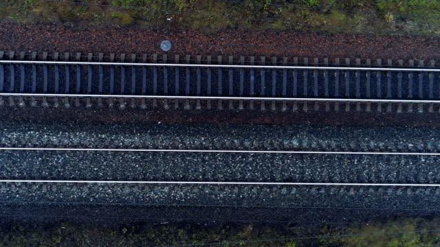 vídeos de stock, filmes e b-roll de ferroviária de faixa dupla vazia em uma vista superior. - transporte ferroviário