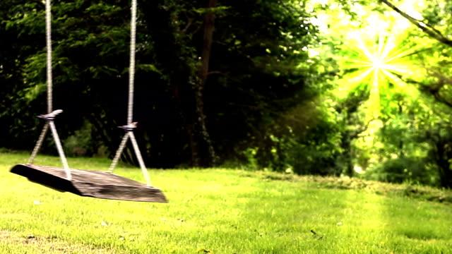 vídeos y material grabado en eventos de stock de colgante vacía al jardín y mujer. - árboles genealógicos