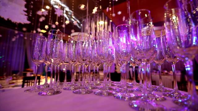 vidéos et rushes de verres vides pour le champagne sur la table de buffet en salle de restaurant, table de buffet, intérieur du restaurant, verres de champagne - banquet