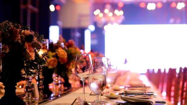vidéos et rushes de verres vides de boisson champagne, soda et vin sur la table du dîner de gala, - soirées habillées