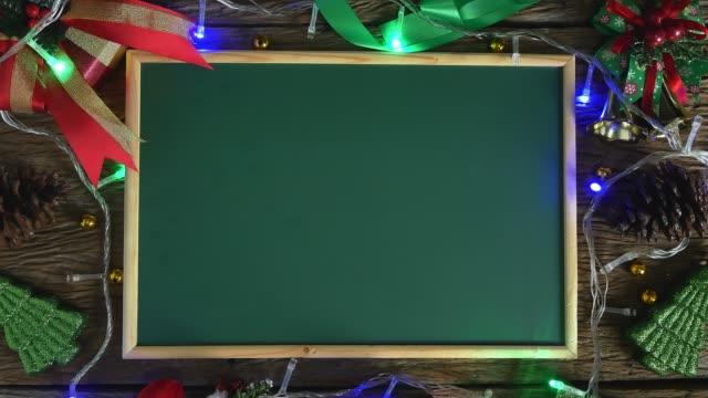 tom grön bräda placerad på träbord dekorerad med juldekorationer. uppifrån och - fotoram bildbanksvideor och videomaterial från bakom kulisserna