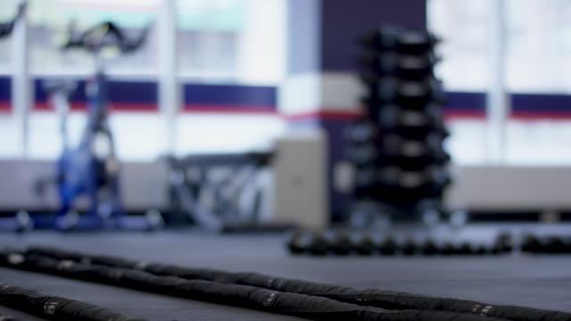 leere fitnessraum mit fitnessgeräten - fitnessausrüstung stock-videos und b-roll-filmmaterial