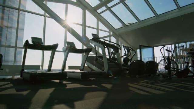 파노라마 창 빈 체육관 - 헬스 클럽 스톡 비디오 및 b-롤 화면