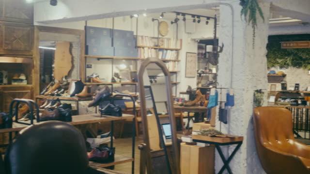 vídeos de stock, filmes e b-roll de loja de sapata vazia da alta qualidade para homens em taipei - boutique