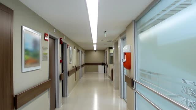 pusty korytarz w szpitalu - hospital filmów i materiałów b-roll