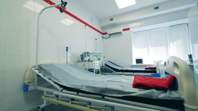 stockvideo's en b-roll-footage met lege ziekenhuisafdeling met ademhalingsapparatuur - ventilator bed