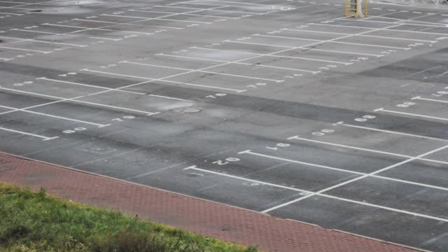 stockvideo's en b-roll-footage met lege hypermarkt parkeren. vervoer niemand leegstaand verkeer - parkeren