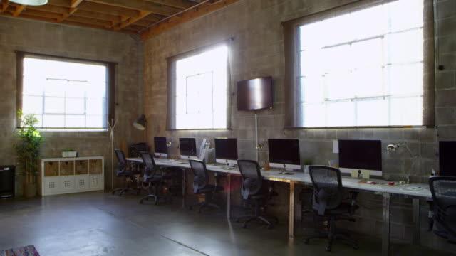 töm insidan av modern design office shot på r3d - tuff attityd bildbanksvideor och videomaterial från bakom kulisserna