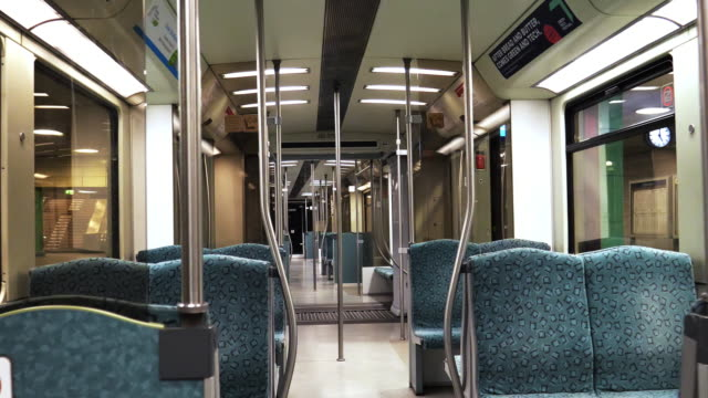 stockvideo's en b-roll-footage met leeg interieur van subway cabin - absentie