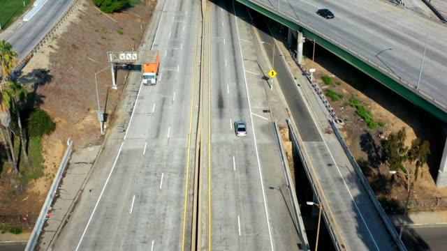 empty los angeles freeways during coronavirus pandemic - droga wielopasmowa filmów i materiałów b-roll