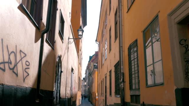 空の狭い通りの stockholm ,sweden - street graffiti点の映像素材/bロール