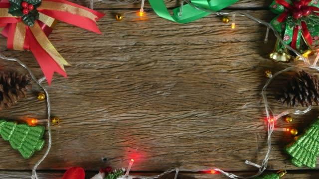 tomt på träbord dekorerad med juldekorationer. uppifrån och - christmas frame bildbanksvideor och videomaterial från bakom kulisserna