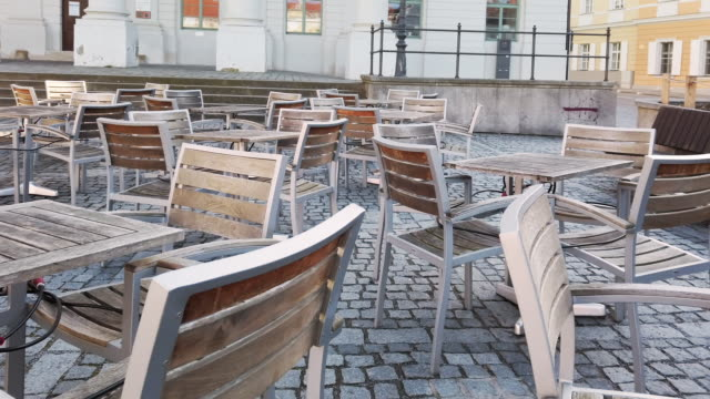 empty outdoor dining chairs during coronavirus epidemic lockdown - lockdown filmów i materiałów b-roll