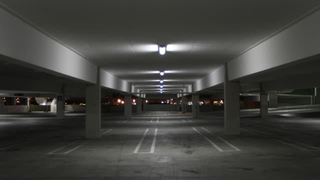 stockvideo's en b-roll-footage met lege parkeergarage bij nacht - parkeren