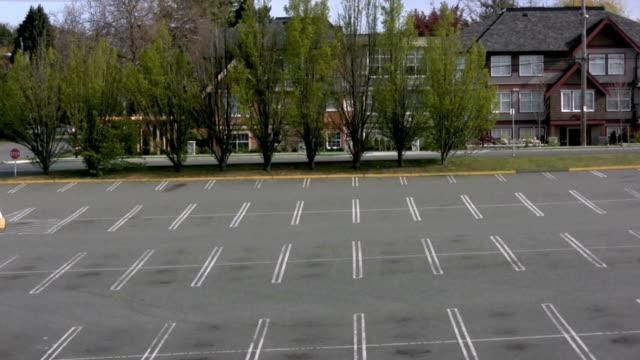 stockvideo's en b-roll-footage met empty parking lot - parkeren