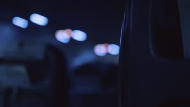 빈 승객 좌석 고 밤에 비행기 창입니다. - airplane seat 스톡 비디오 및 b-롤 화면