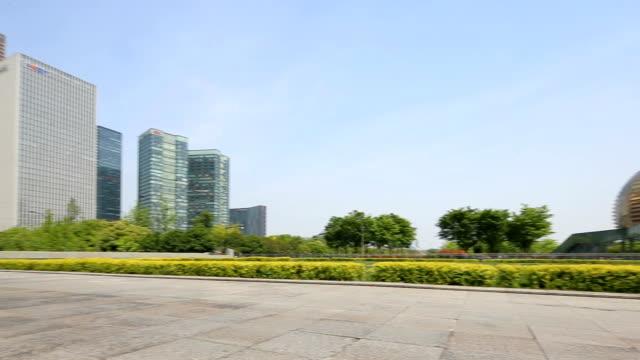 近代的な建物の近くで空歩行者歩道 - 緑 ビル点の映像素材/bロール