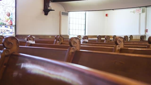 stockvideo's en b-roll-footage met lege banken in een mooie oude kerk - kerk