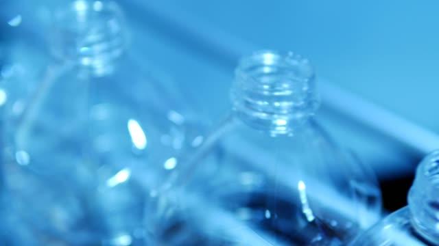 tomma plastflaskor rör sig genom fabriks linjen - pet bottles bildbanksvideor och videomaterial från bakom kulisserna