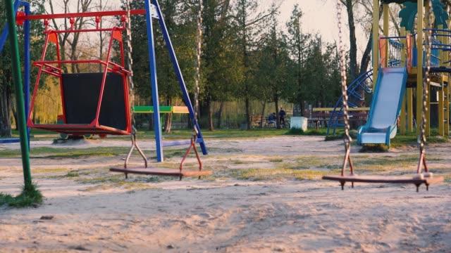 covid 19の間に空の遊び場 - ロックダウン点の映像素材/bロール
