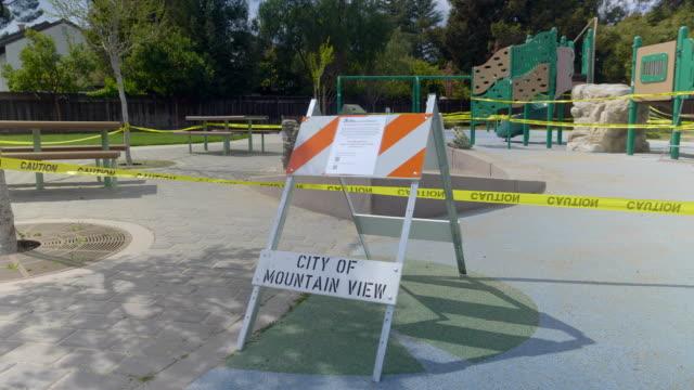 vídeos y material grabado en eventos de stock de patio de recreo vacío en mountain view, california en coronavirus hora pandemia. - stay home