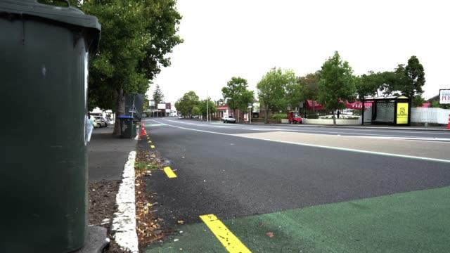 strada vuota di auckland suburbana - inquadratura fissa video stock e b–roll