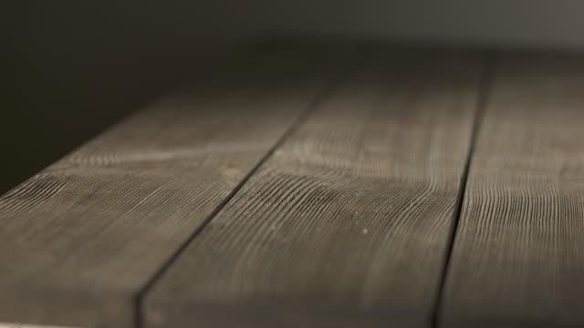 暗い部屋で空の大まかな木製のテーブル。素朴な古い高齢テクスチャ木に見えます。 - 木目点の映像素材/bロール