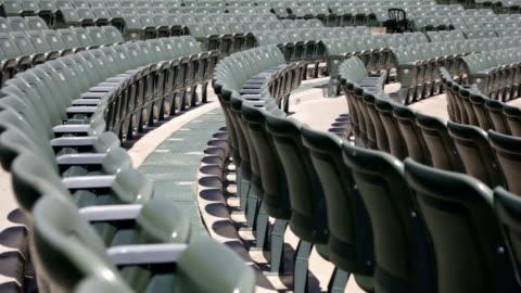 vídeos de stock e filmes b-roll de cadeiras vazias em um estádio - deserto
