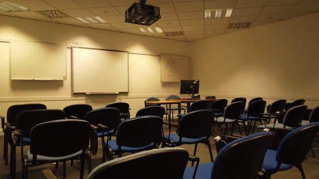 vídeos de stock e filmes b-roll de empty seats, lecture hall in the university - fundo oficina