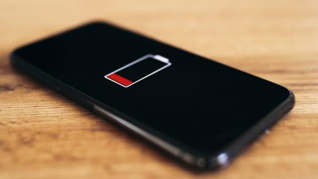 ds leeres smartphone auf einem holztisch - niedrig stock-videos und b-roll-filmmaterial