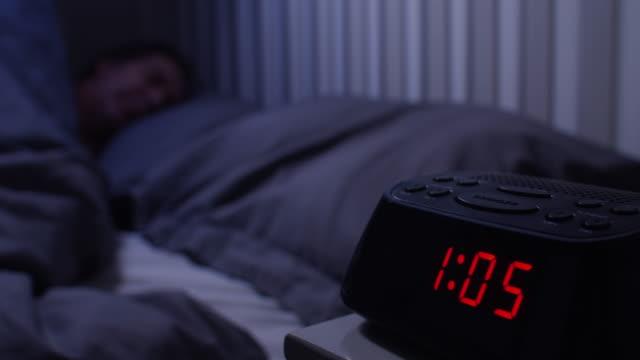 tomt utrymme i sängen. sover ensam, am 1,05. - alarm clock bildbanksvideor och videomaterial från bakom kulisserna