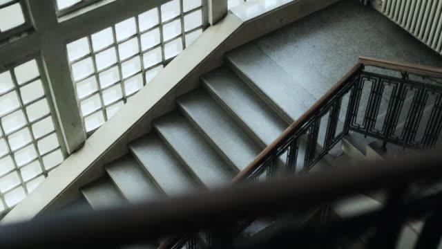 vídeos y material grabado en eventos de stock de escalera vacía en el edificio de la universidad, vista desde abajo - tablón