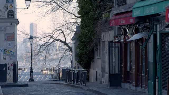 stockvideo's en b-roll-footage met lege straat in montmartre - parijs - lockdown