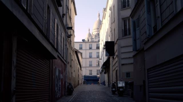 strada vuota a montmartre - parigi video stock e b–roll