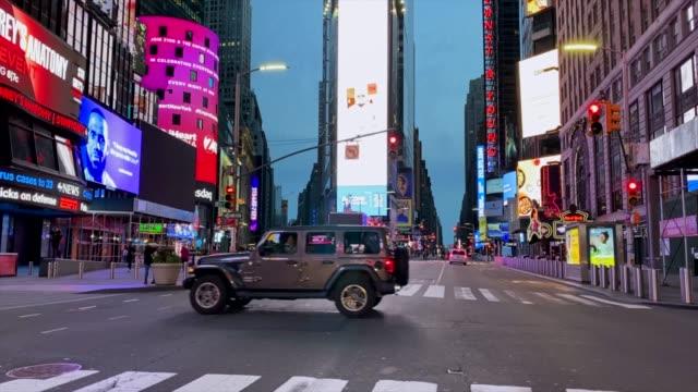 タイムズスクエアの空の通り - ロックダウン点の映像素材/bロール