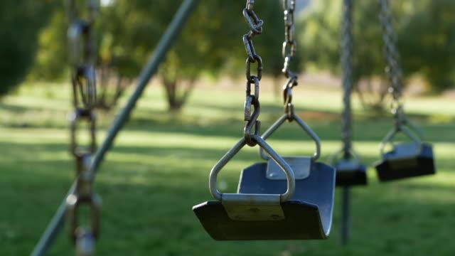 vidéos et rushes de swing vide ensemble - balançoire