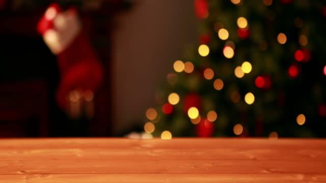 vídeos de stock e filmes b-roll de tabela vazia contra a piscar luzes da árvore de natal - christmas table