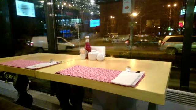 空のテーブルレストランで、孤独、街の外側 - 経済破綻点の映像素材/bロール
