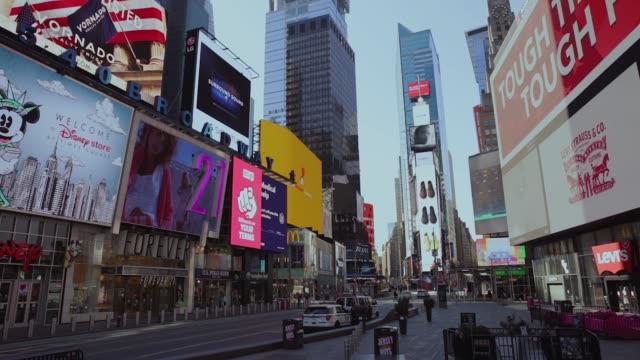 ニューヨーク市ミッドタウンの空のタイムズスクエアと通り - 打ち捨てられた点の映像素材/bロール