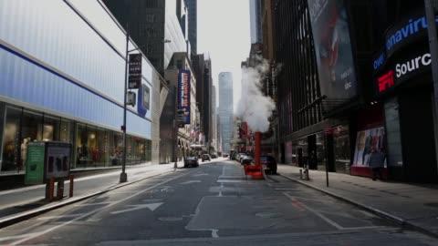 empty times square e le strade di midtown new york city - deserto video stock e b–roll