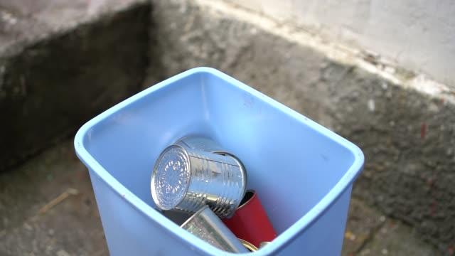 leere blech-und aluminiumdosen - aluminium stock-videos und b-roll-filmmaterial