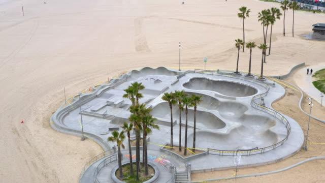 töm venice beach skateboard park under covid-19 pandemi - skatepark bildbanksvideor och videomaterial från bakom kulisserna