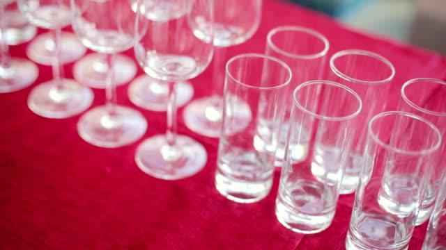 vídeos de stock, filmes e b-roll de vazio vinho e copos de água em um banquete - alto descrição geral