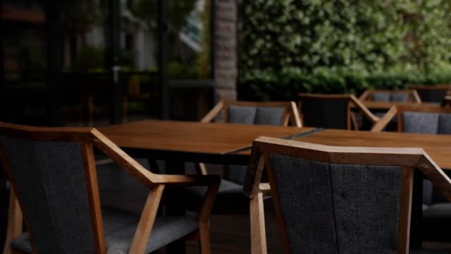 vídeos de stock e filmes b-roll de empty wooden chairs in a cafe outdoors - mesa mobília