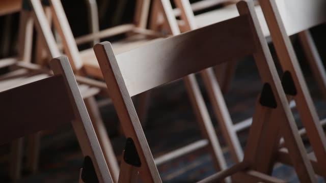 leere holzstühle im klassenzimmer für die ausbildung - zuschauerraum stock-videos und b-roll-filmmaterial