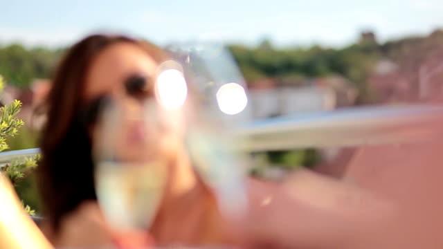 bezaubernde mädchen mit einem glas champagner - champagner toasts stock-videos und b-roll-filmmaterial